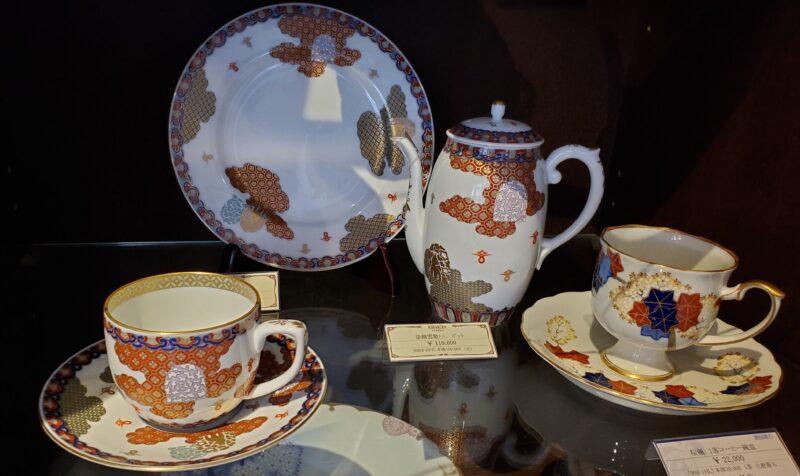 Чашка слева, тарелка и кофейник оформлены в узоре сервиза, представленного впервые на Экспо в Филадельфии 1876г.