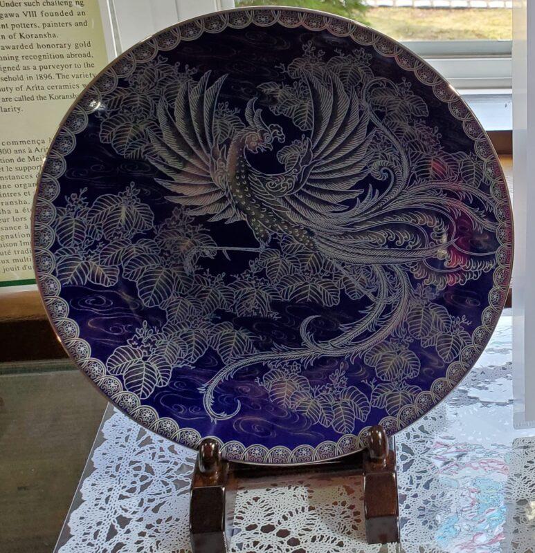 Тарелка с изображением феникса на день коронации императора. Оформление платиной (феникс и большая часть орнамента) и посеребрением (облака) поверх кобальтовой глазури.