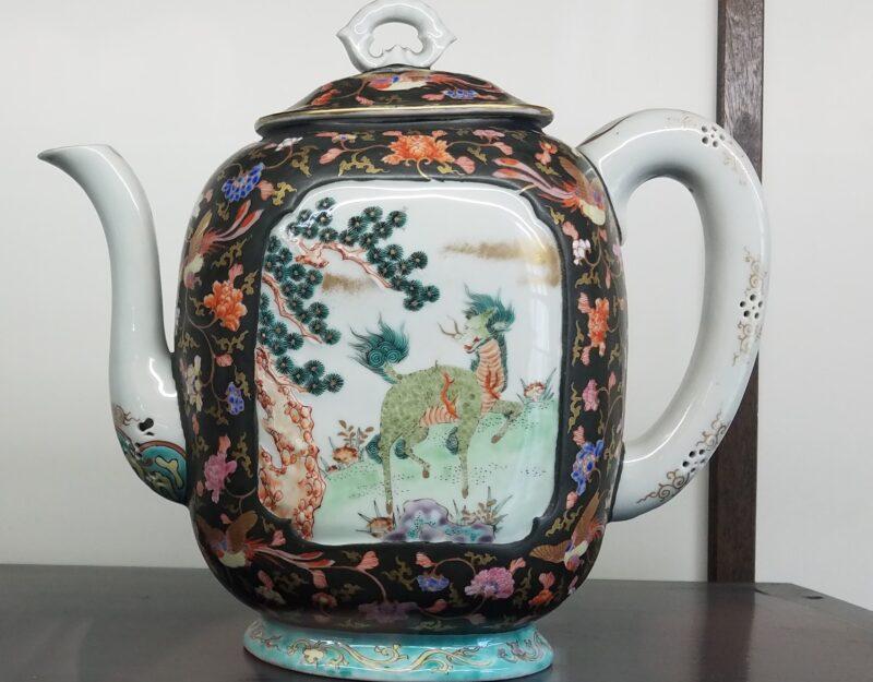 Кофейник с изображением мифического существа кирин (кит. цилинь 麒麟) у сливового дерева. 1875-80 гг.