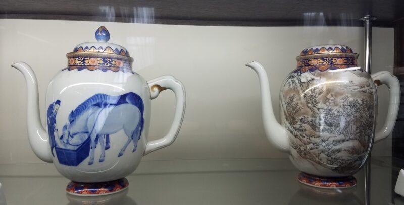 Кофейник слева с лошадьми на водопое был частью сервиза для Экспо в Барселоне 1888 г., а кофейник справа был представлен в сервизе на Панамо-Тихоокеанской экспо в Сан-Франциско в 1915 г. по случаю открытия Панамского канала