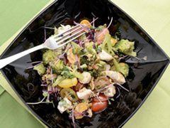 Ensalada de brócoli, pollo y germinados