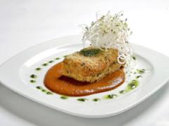 Pastel de germinados con salsa de chile pasilla