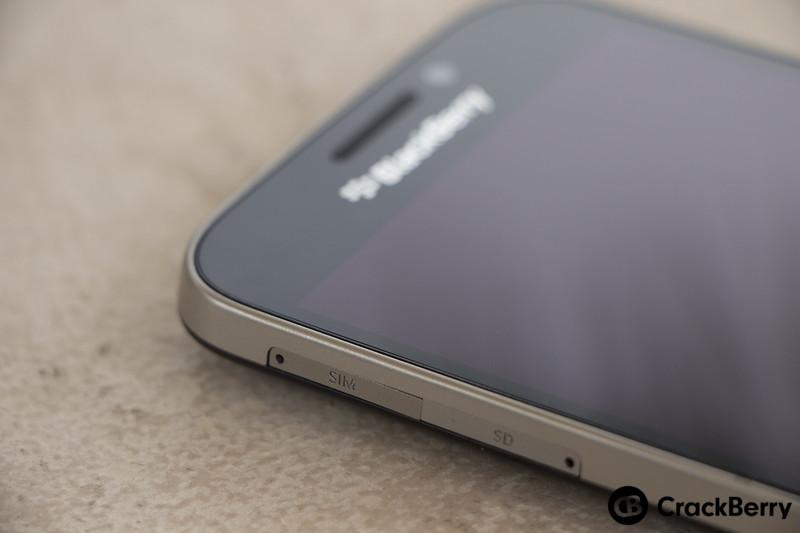 BlackBerry-Classic-Device-SIM-SD-Card-Slots