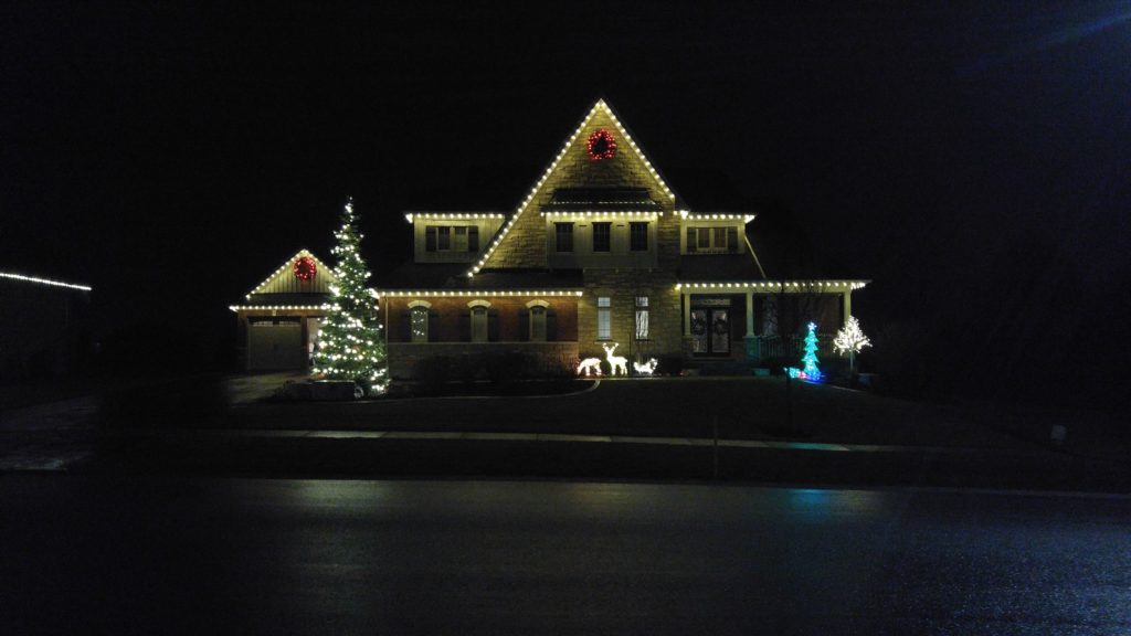 Beautiful full display, roofline, wreaths, tree, and lawn decorations!