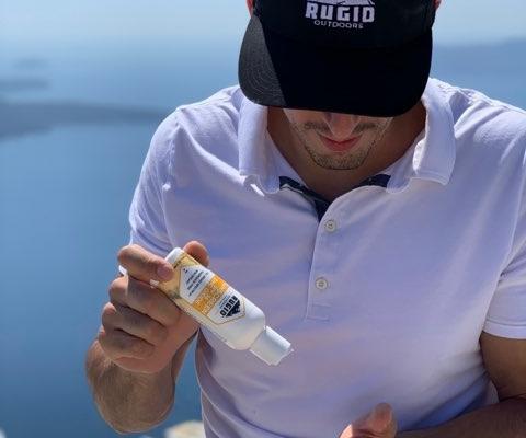 man applying broad spectrum sunscreen