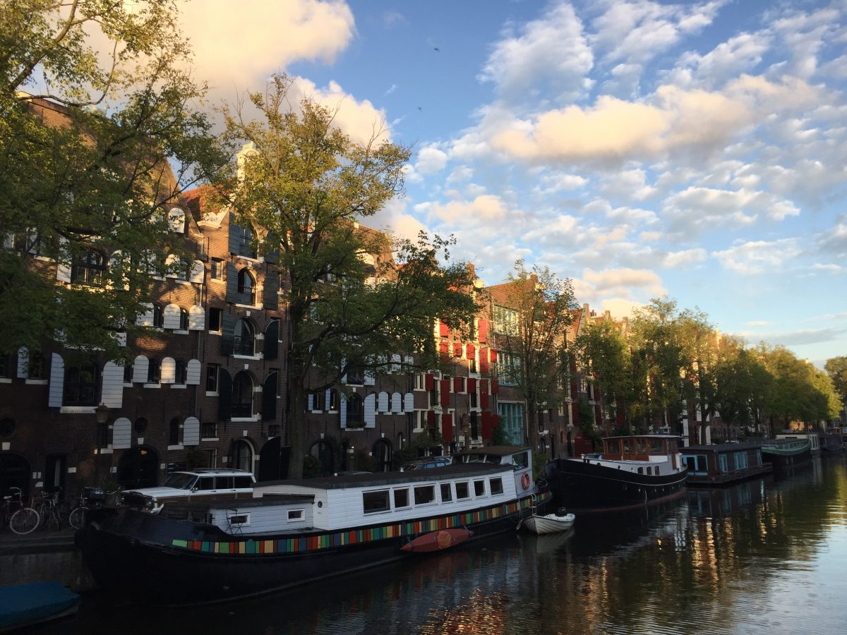 Stay on a houseboat in Amsterdam - What is it like to live on a houseboat in Amsterdam? Luckily, you can find out yourself and rent one during your visit.