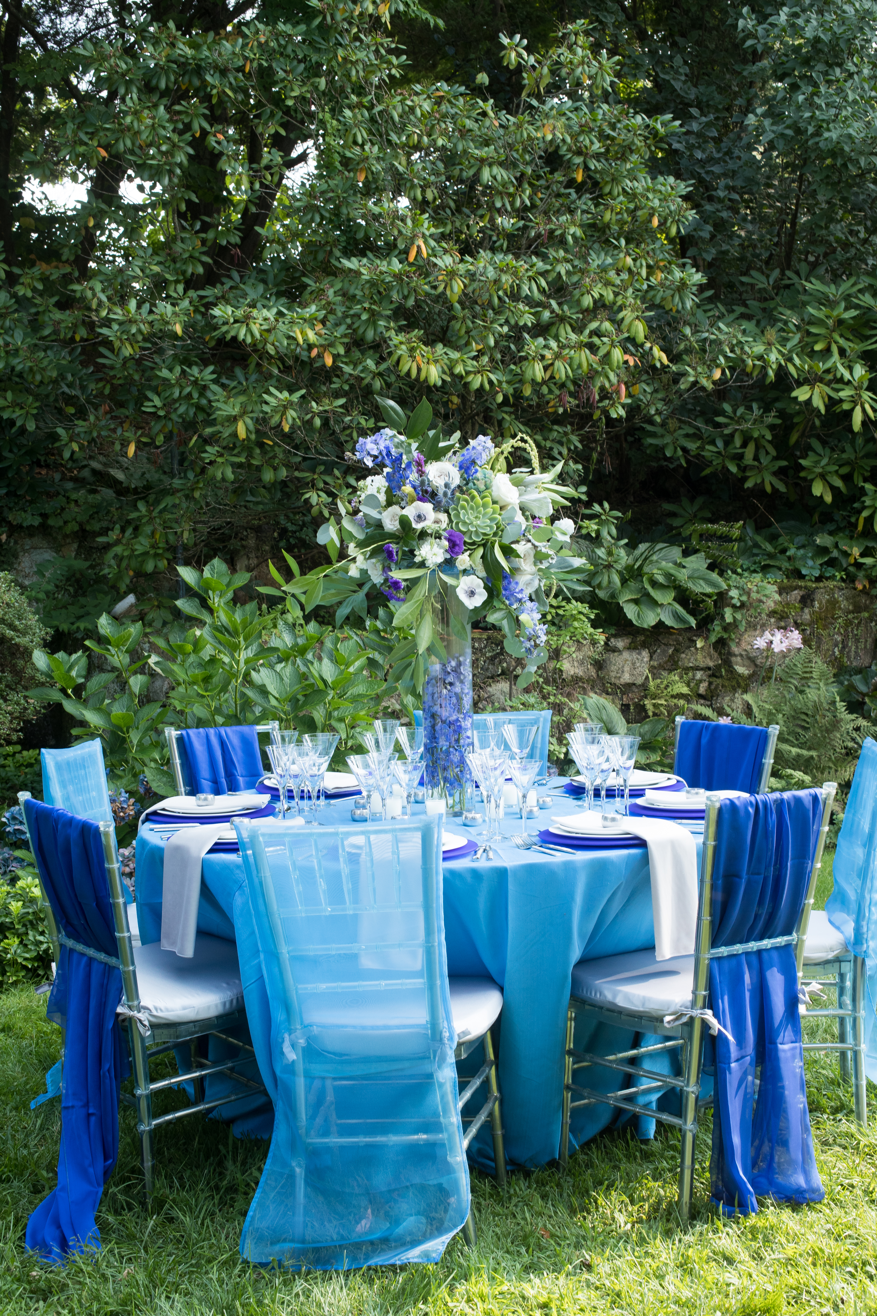 This gorgeous combination of blues and purples is perfect for a garden wedding. Read the blog to get more inspiration and download the free venue guide to find the best place for your wedding!