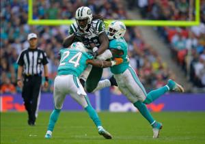 Ivory tenta passar pela defesa dos Dolphins