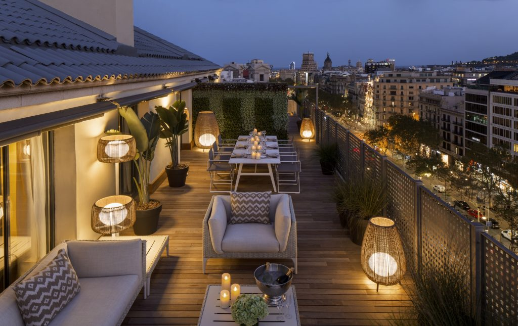 majestic-royal-penthouse-terrace-paseo-de-gracia-by-night