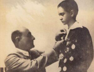 1928. Octubre. Acto de premiación de fin de curso en el Colegio San Ignacio con su tío y padre adoptivo el Dr. Tomás Liscano.