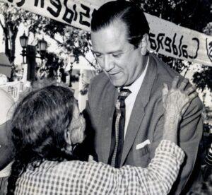 1958. Rafael Caldera abraza a una señora en Nirgua
