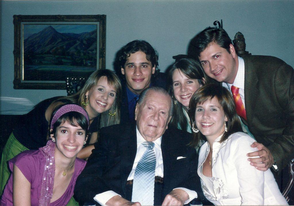 Rafael Caldera con sus nietos a los 90 años