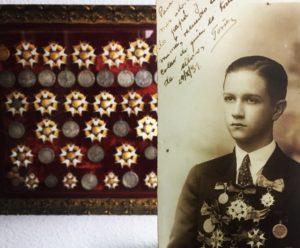 Rafael Caldera a los quince años con las condecoraciones recibidas en el Colegio San Ignacio de Loyola. De fondo, esas condecoraciones en la actualidad.