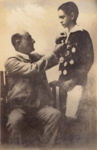 1928. Octubre, acto de premiación de fin de curso en el Colegio San Ignacio, con su tío y padre adoptivo el Dr. Tomás Liscano.