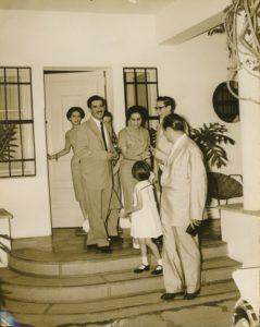 1958. Diciembre, 7. Día de las elecciones presidenciales, con la familia y José Antonio Pérez Díaz, saliendo de Puntofijo a votar.