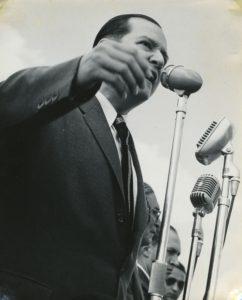 1958. Febrero, 1. Dirigiéndose a la multitud que fue a recibirlo al aeropuerto de Maiquetía.