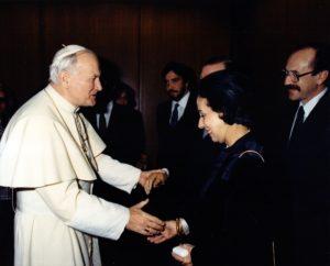 1987. Marzo, 25. Saludo privado al Papa Juan Pablo II de la familia e invitados especiales.