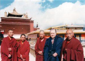 1993. Enero. En el Palacio de Potala, en Lassa, con monjes tibetanos.