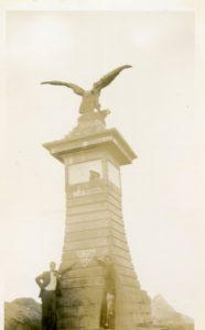 1936. Pico el Águila. Mérida. El triángulo UNE en la máxima altura bajo el cóndor que sustenta el medallón del Libertador