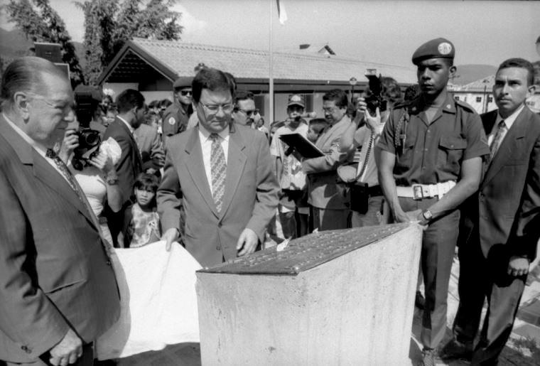 Rafael Caldera en el Barrio El Limón, 1995.