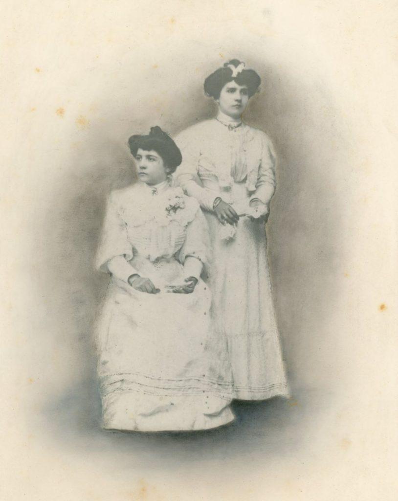 1908. Rosa Sofía y María Eva Rodríguez Rivero.