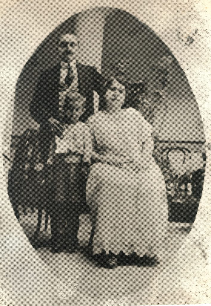 1921. Con sus padres adoptivos, los Liscano Rodríguez, en Quíbor, estado Lara.