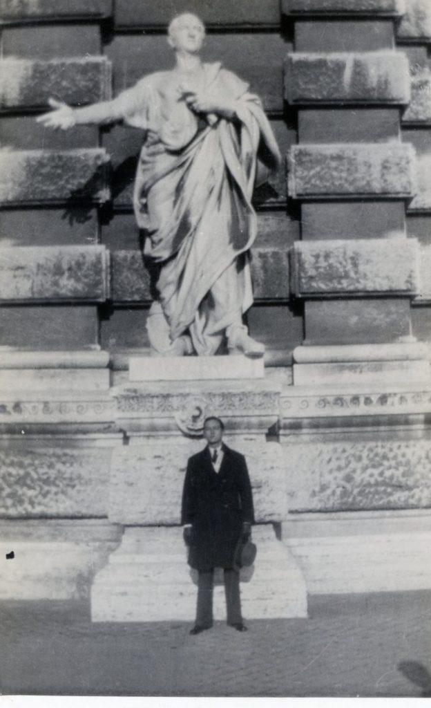 1933. Diciembre 24. Junto a la estatua de Cicerón en el Palacio de Justicia, Roma.