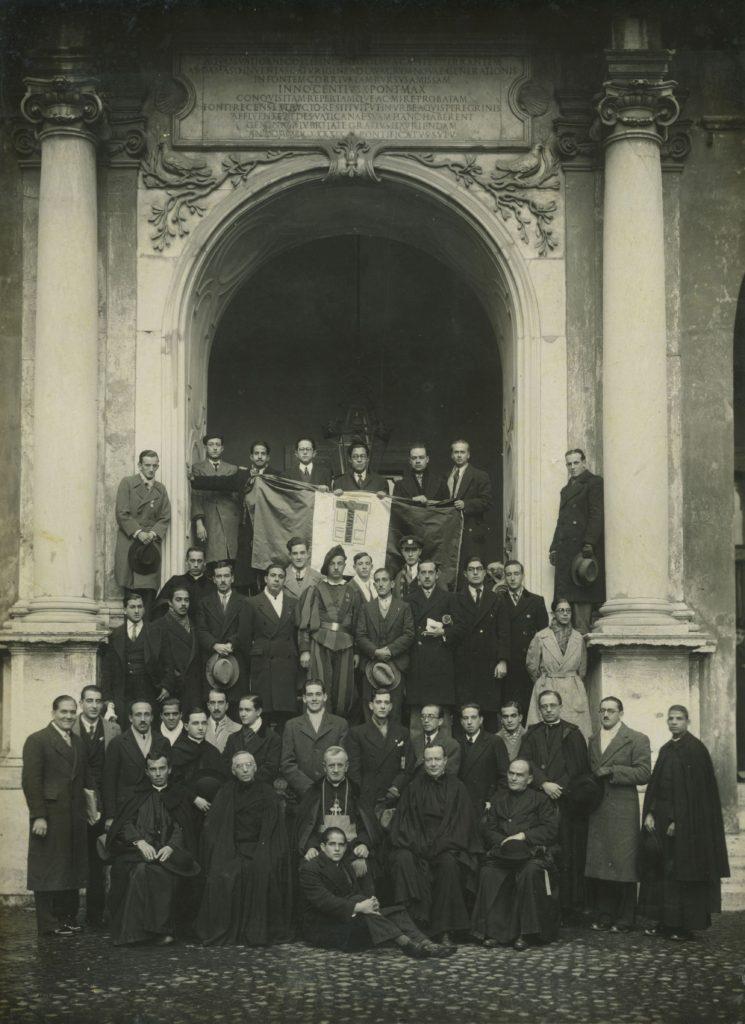 1933. Diciembre, 28. Congreso universitario de estudiantes católicos en Roma, al salir de la audiencia con SS Pío XI.