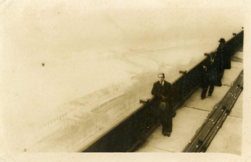 1934. Enero, 8. Rafael Caldera en lo alto de la Torre Eiffel, viendo el Sena, París.