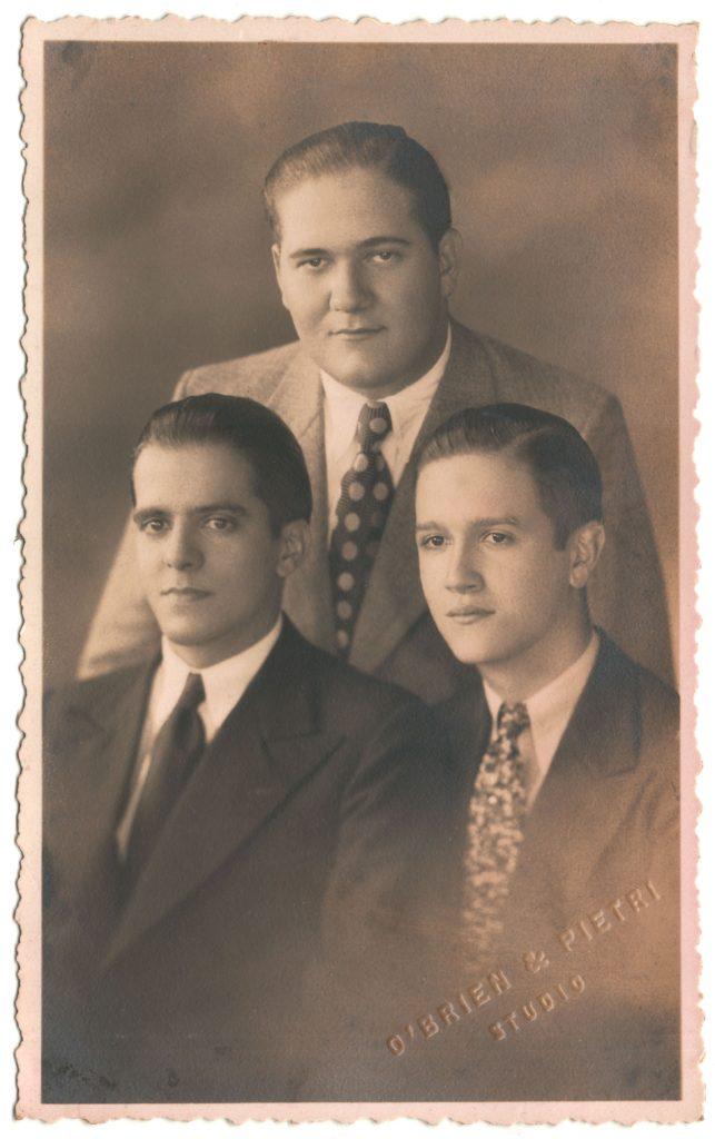 1933. Noviembre, 18. La delegación que viaja al Congreso de Estudiantes Universitarios Católicos en Roma, con Alfonso Vidal y Jesús Pérez Machado.