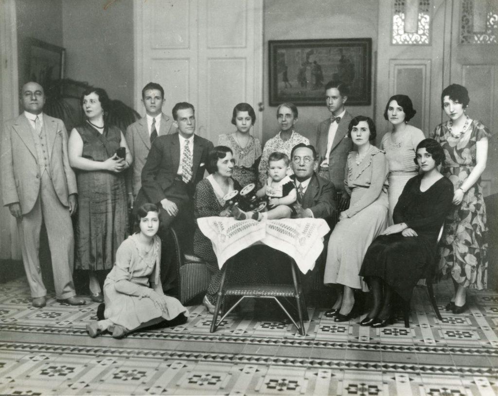 1933. Reunión familiar en la casa de su tío Plácido Daniel Rodríguez Rivero y su esposa, Egilda Maggi.