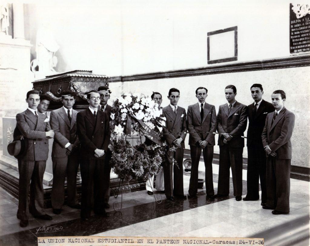1936. Junio, 24. La Unión Nacional Estudiantil rinde homenaje al Libertador en el Panteón Nacional.