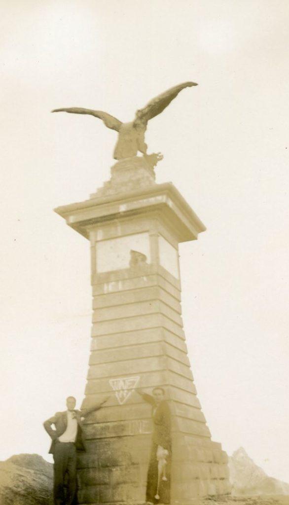 1936. Pico el Águila. Mérida. El triángulo UNE en la máxima altura bajo el cóndor que sustenta el medallón del Libertador.