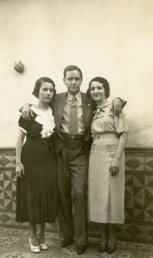 1938. Con sus hermanas Rosa Elena y Lola Caldera Rodríguez.