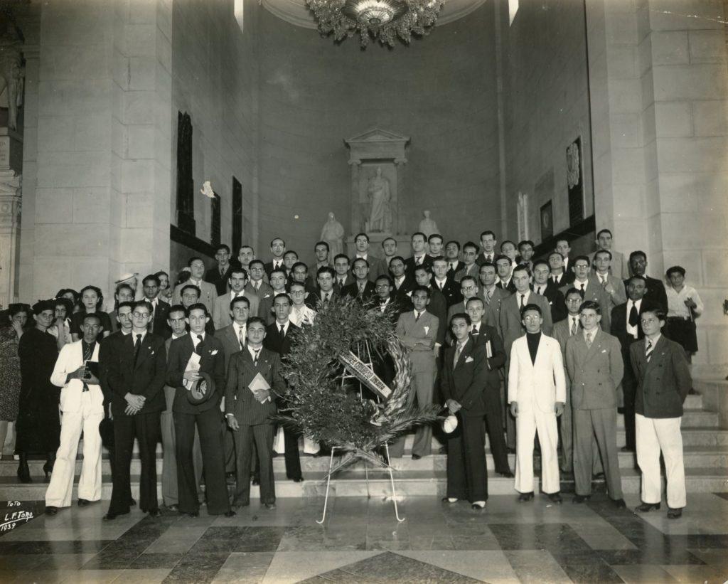 1939. Enero. Homenaje del Primer Congreso de estudiantes Uneístas en el Panteón Nacional.