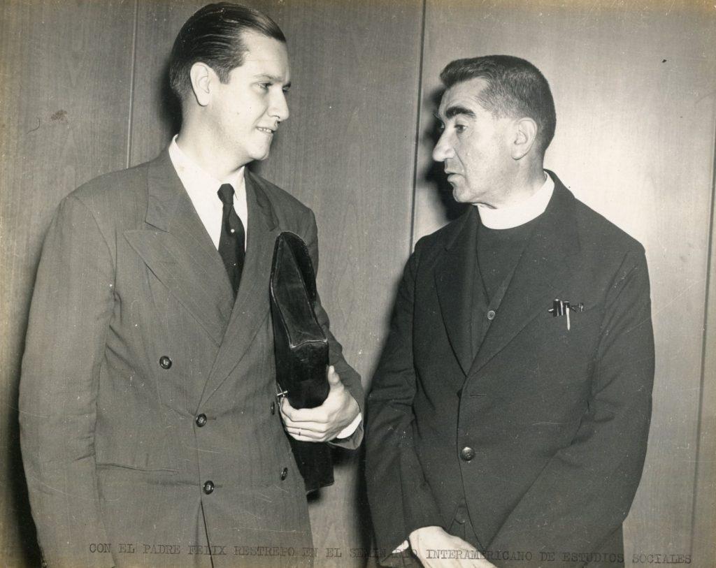 1942. Rafael Caldera con el padre Félix Restrepo en el Seminario Interamericano de Estudios Sociales en Washington.