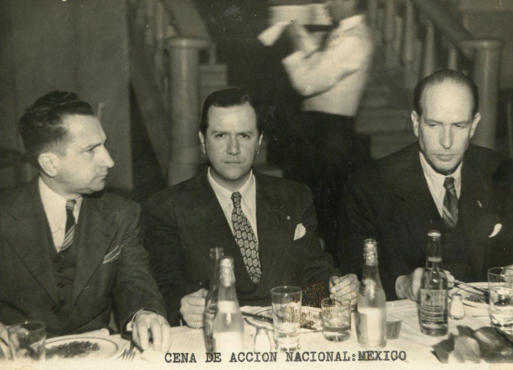 1946. Agosto, 21. Cena del Partido Acción Nacional de México, con su fundador y primer candidato a la presidencia de la República, Efraín González Luna, y el escritor Alfonso Junco.