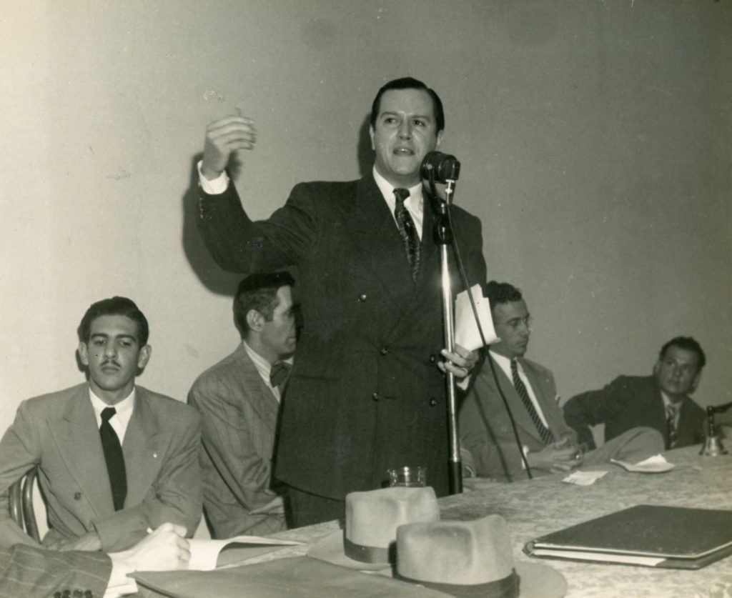 1946. Enero, 13. Acto fundacional de COPEI. A su lado, José Antonio Pérez Díaz.