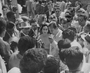 1958. Diciembre, 7. Declarando al salir del acto de votación, acompañado de Alicia y Gerardo Oropeza.