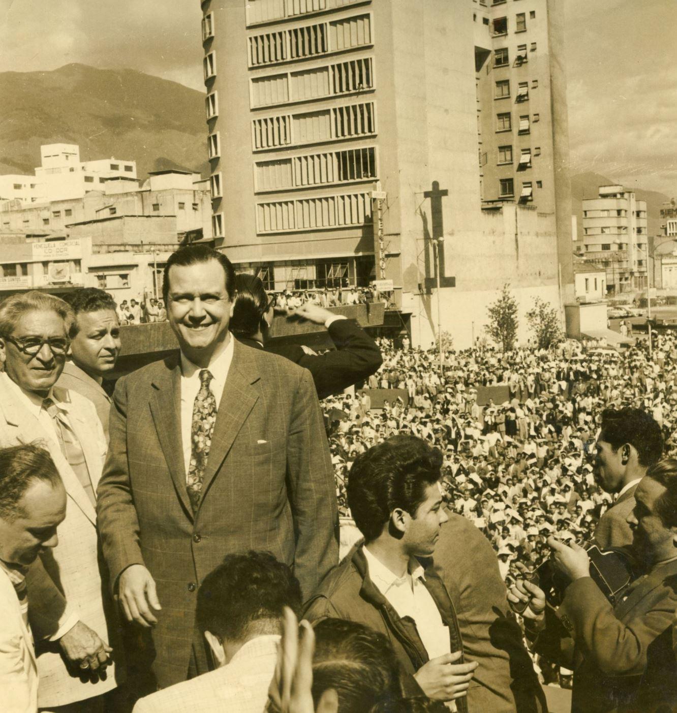 1958. Febrero, 1. Mitin en El Silencio (Parece un sueño). A su lado, Pedro del Corral y Fabricio Ojeda.