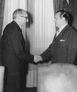 1959. Julio, 13. Encuentro con el presidente Arturo Frondizi, en Buenos Aires, Argentina.