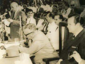 1960. Marzo, 5. Firma de la Ley de Reforma Agraria en el Campo de Carabobo. Aparecen Rómulo Betancourt, Raúl Leoni, Víctor Giménez Landínez e Ildegar Pérez Segnini.