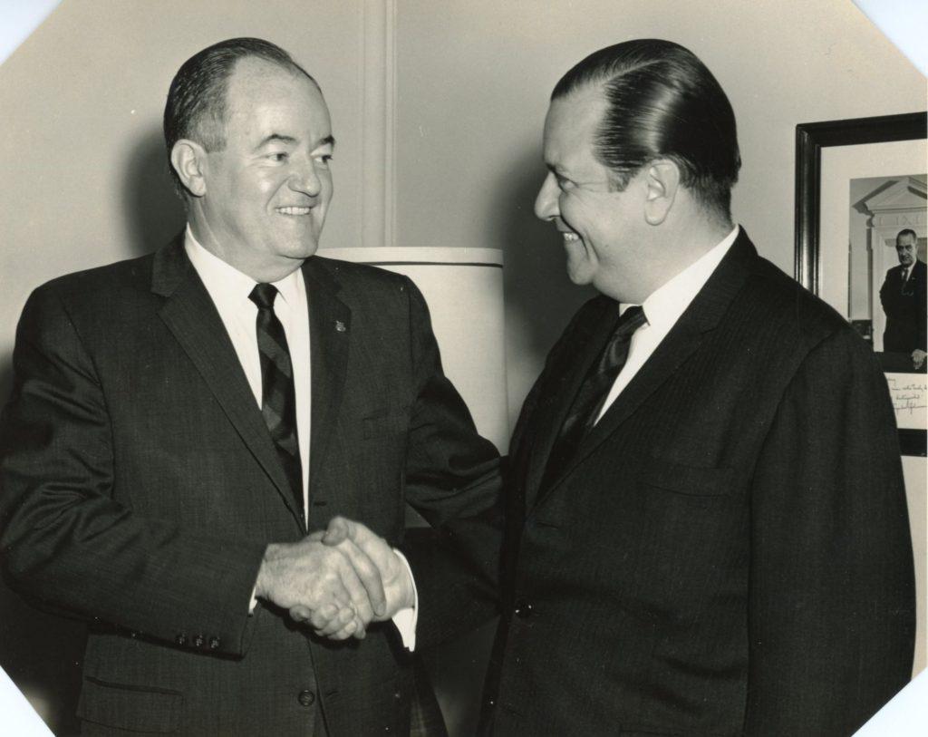 1965. Encuentro con el vicepresidente de los Estados Unidos, Hubert H. Humphrey, en los días en que ambos recibieron el premio anual del Catholic Interamerican Cooperation Program (CICOP), en Washignton DC .