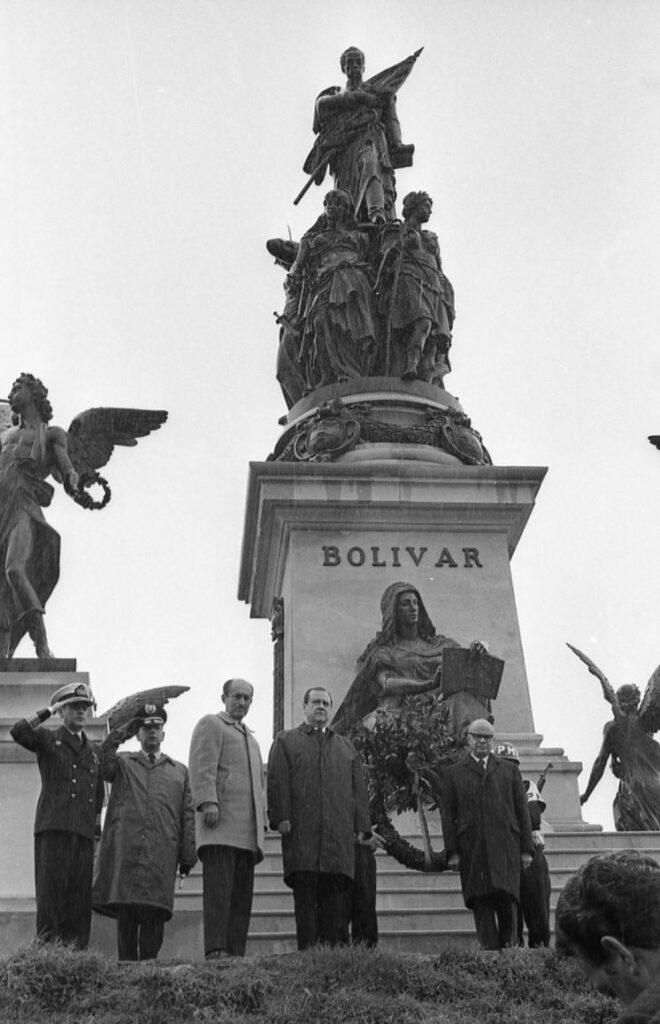 1969. Agosto, 7. Ofrenda floral ante el monumento en el campo de Boyacá.