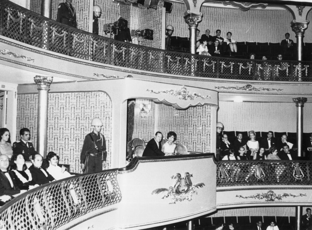 1969. Agosto, 9. Reinauguración del Teatro El Nacional en Caracas. Lo acompaña en el palco presidencial su hija Mireya.