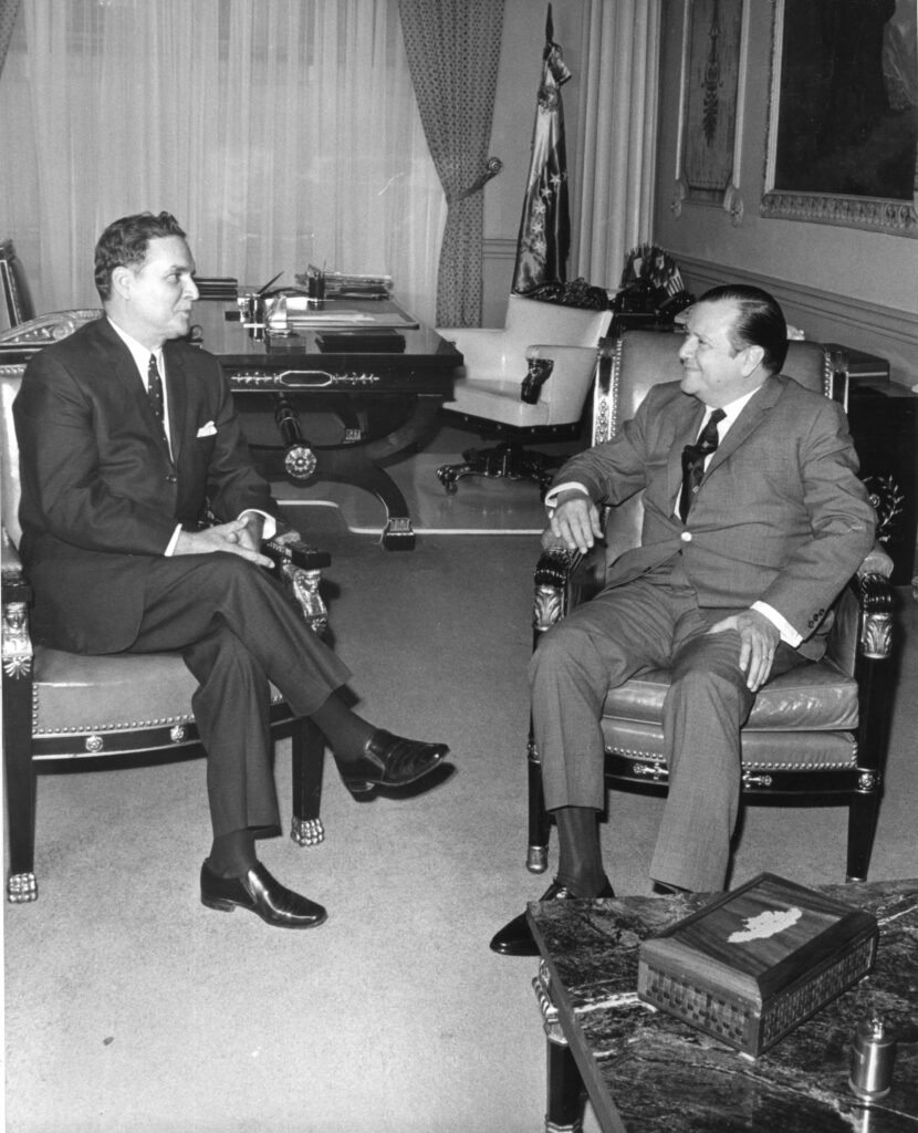 1969. Julio, 25. Encuentro en Miraflores con el expresidente Wolfgang Larrazábal, designado embajador en Canadá.