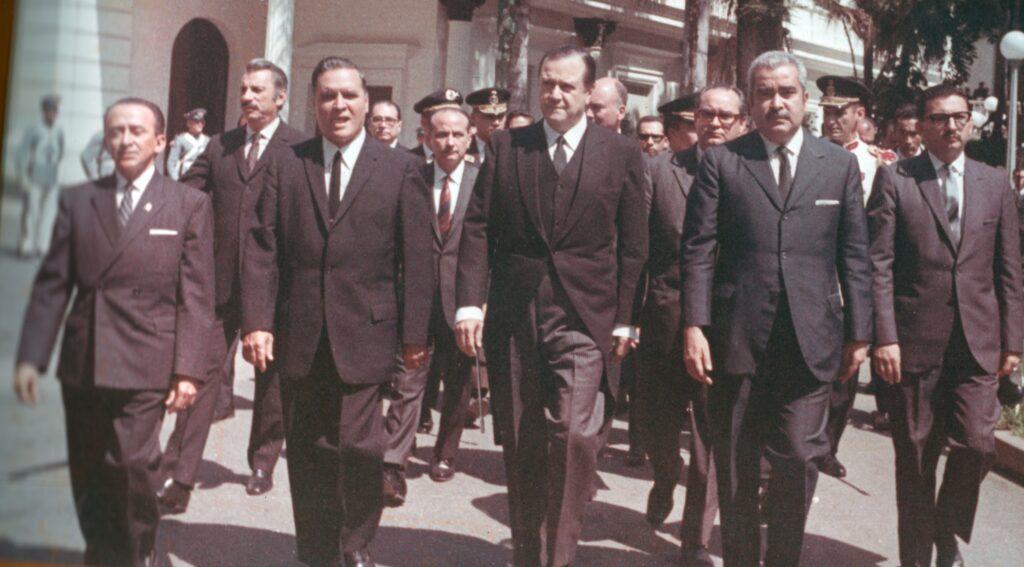 1969. Marzo, 11. Toma de posesión, acompañado de la Comisión Parlamentaria, integrada por Wolfgang Larrazábal, Luis Herrera Campins e Hilarión Cardozo, entre otros.