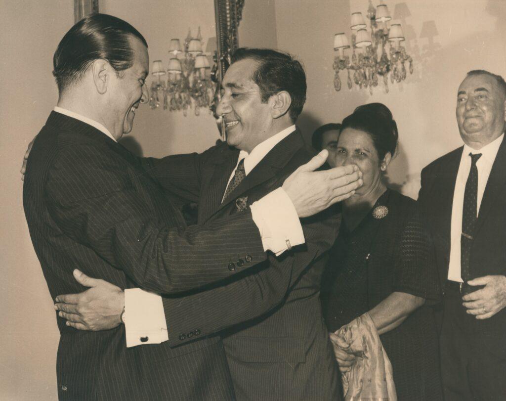1969. Marzo, 13. Abrazo con Simón Díaz en la recepción oficial de toma de posesión en La Casona.