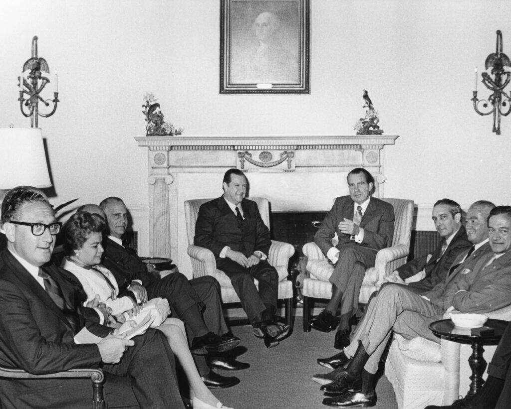 1970. Junio, 2. Reunión en la Casa Blanca con el presidente Richard Nixon y el secretario Henry Kissinger, acompañado por sus ministros.