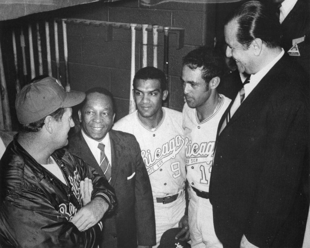 1970. Junio, 4. Saludando a Luis Aparicio en el Robert F Kennedy Stadium de Washington, Chicago contra Senadores, en compañía del Alcalde Walter Washigton.